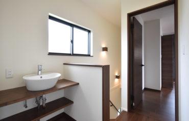 照明や洗面台は、シンプルかつお洒落なものに。階段まわりも明るい空間になっています。