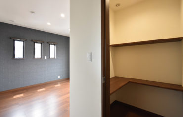 主寝室に併設した書斎。秘密基地のようなワクワクする空間です♪
