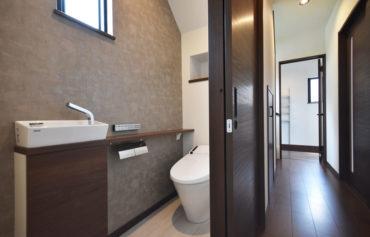 トイレのクロスにもこだわり、落ち着いた空間になりました。