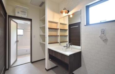 ダイニング・キッチンと繋がる洗面脱衣室。洗面台の横に設けたニッチが魅力的♪