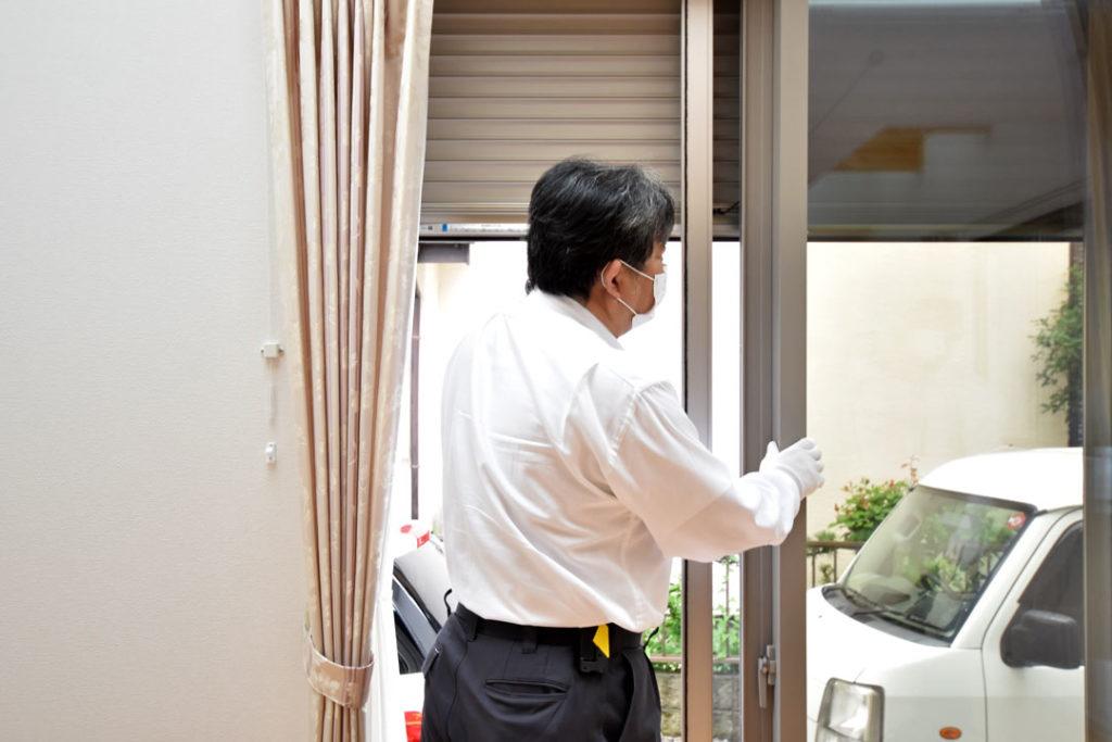2020年7月17日社内検査_窓のシャッターの動作確認をしている様子