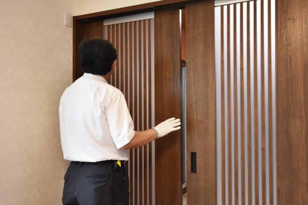 2020年8月28日社内検査2件目_和室の戸の開閉動作を確認している様子
