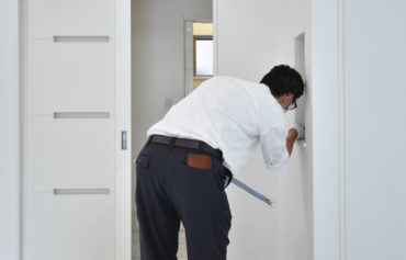 2020年8月21日社内検査2件目_リビング壁に設えたニッチをチェックしている様子