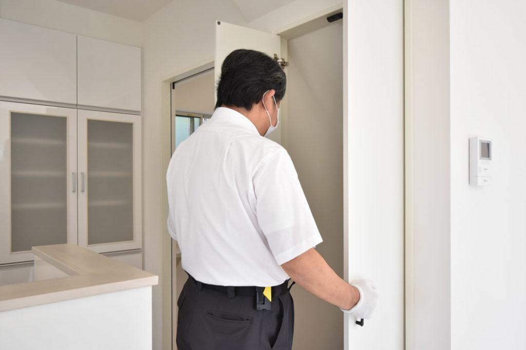 2020年8月21日社内検査_収納扉の開閉動作を確認している様子