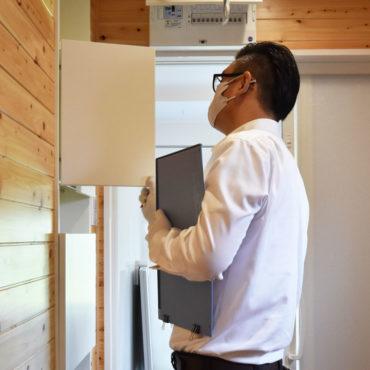 2020年8月6日社内検査_脱室に設置した収納棚をチェックしている様子
