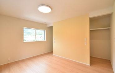 明るい黄色のクロスが可愛い、居心地の良い主寝室。