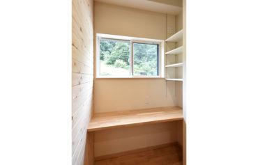 日当たりの良い窓際には、デスクカウンターを設けたスタディスペースが!収納棚も設置し、より快適になりました。
