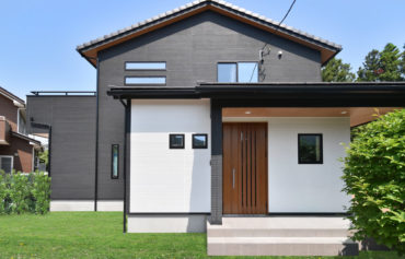 白と黒のツートンカラーの外壁がお洒落な二世帯住宅。