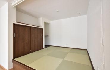 収納スペースを完備した憩いの小上がり和室。