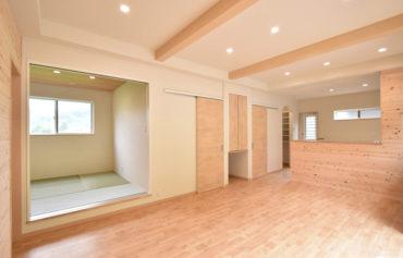 見せ梁天井とキッチン対面側の腰壁がアクセント♪