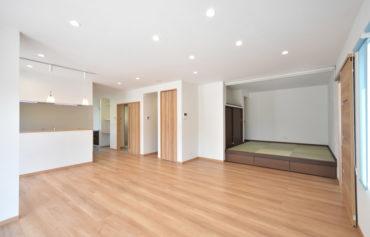 親世帯のLDKは、日当たりと風通しの良い快適な空間。一角にゆったり寛ぐことができる小上がり和室を設置!