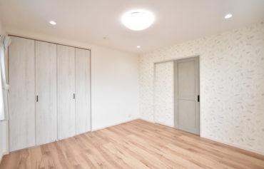 リーフ柄のアクセントクロスを採用した、居心地の良い洋室。