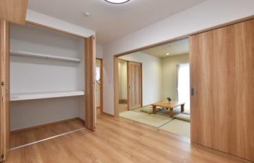 クローゼットを完備した主寝室。和室にも隣接し、約12帖の空間にすることも可能!