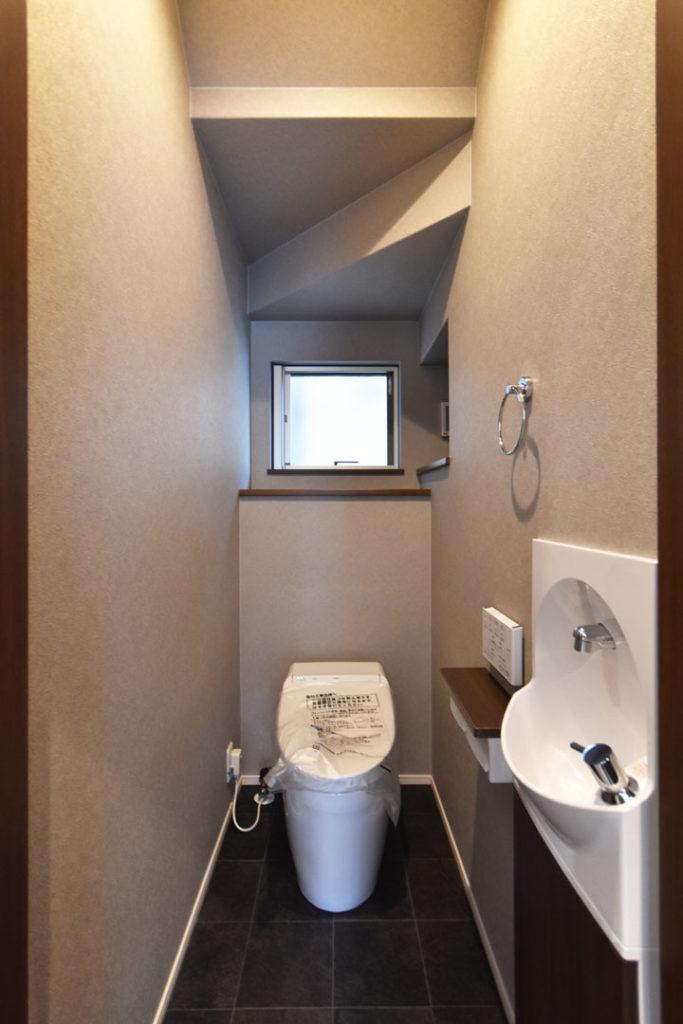 2020年9月11日社内検査_階段下スペースを有効活用したトイレ空間