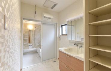 洗面脱衣室と浴室は統一感のあるデザインに。