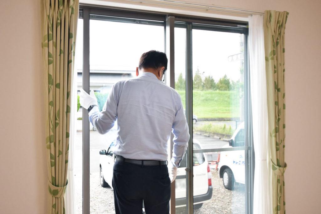 2020年9月29日社内検査_掃き出し窓の動作確認をしている様子