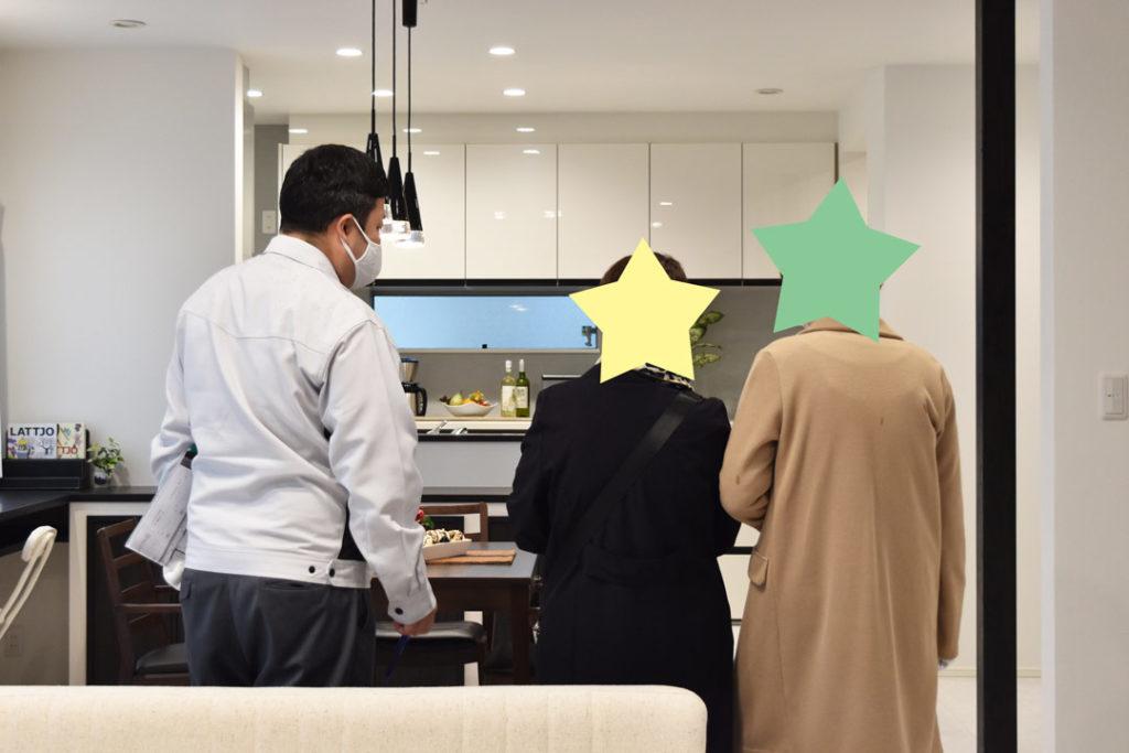 2020年10月完成見学会_ホームアドバイザーの加藤さんがLDKを説明している様子