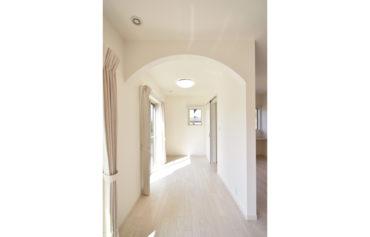 リビングと繋がる、アーチ型の垂れ壁が可愛い洋室。