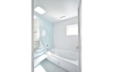 柔らかな明るさが心地よいバスルーム。