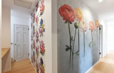 廊下の壁一面を飾る色鮮やかな花。