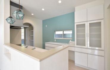 ホワイト×水色で統一した奥様お気に入りのキッチン。隣には使い勝手の良い食品庫を併設しました!
