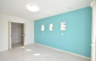 ウォークインクローゼットが併設する主寝室。お部屋を華やかに彩るアクセントクロスもこだわりです。