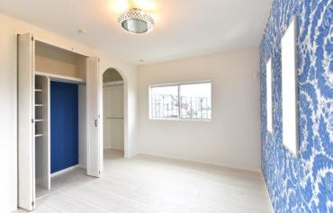 ホワイトとブルーで統一した、お洒落なクローゼットのある洋室。