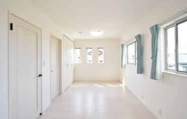 日当たりの良い洋室。お部屋を二つに仕切れるように設計されています。