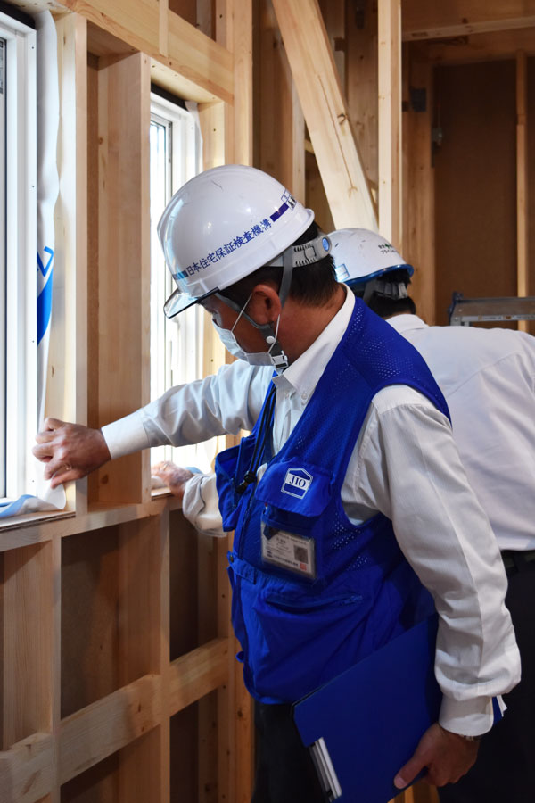 2020年10月29日躯体検査_防水シートと窓の取り付けをチェックしている様子