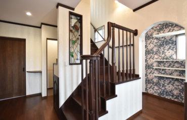 アンティーク調の階段が空間をエレガントに演出!玄関クローゼットはウォークスルーを採用しました。