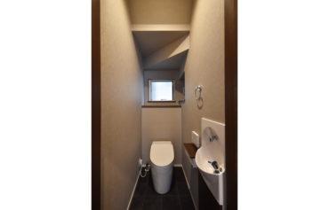 階段下の空間を有効活用してトイレ空間にしました!