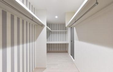 パステルカラーのストライブプ柄がお洒落な、大型ウォークインクローゼット。主寝室と廊下から出入りができます◎
