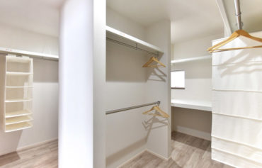 回遊できる大型ウォークインクローゼット。棚やハンガーパイプを設けた、使いやすい収納空間です。