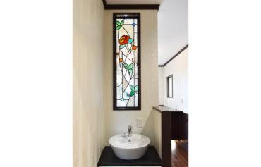 壁に埋め込まれた薔薇デザインのステンドガラスは、空間を華やかにしてくれます。