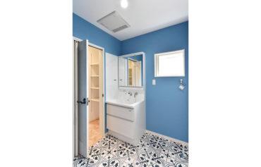 クロスはブルーを選び爽やかな空間に!キッチンと廊下から出入りができる仕様になっています。