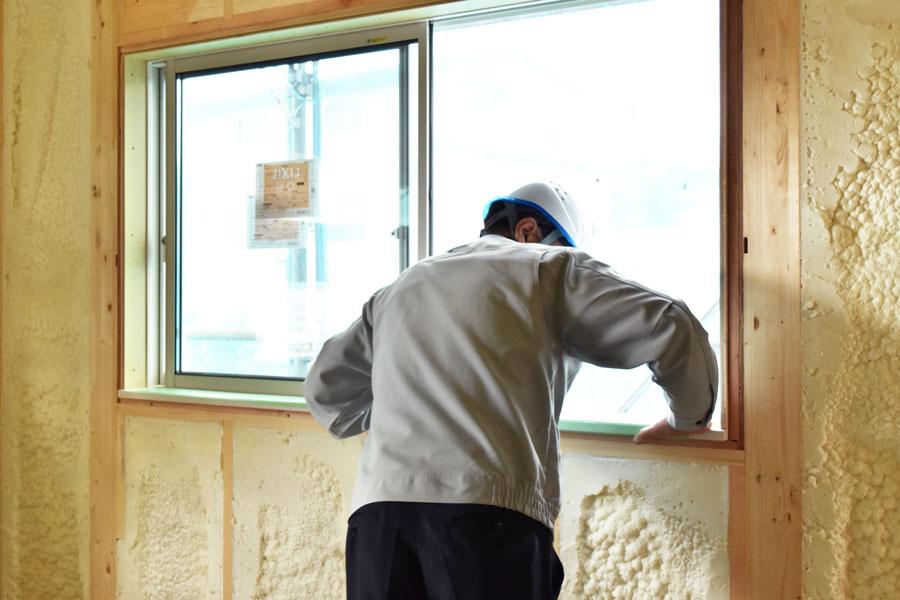 2020年10月15日現場廻り_窓の施工状態を確認している様子