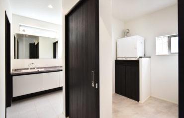洗面室と脱衣室に分けることで、他の人がお風呂を使っていても、気兼ねなく洗面室が使えるようになりました!