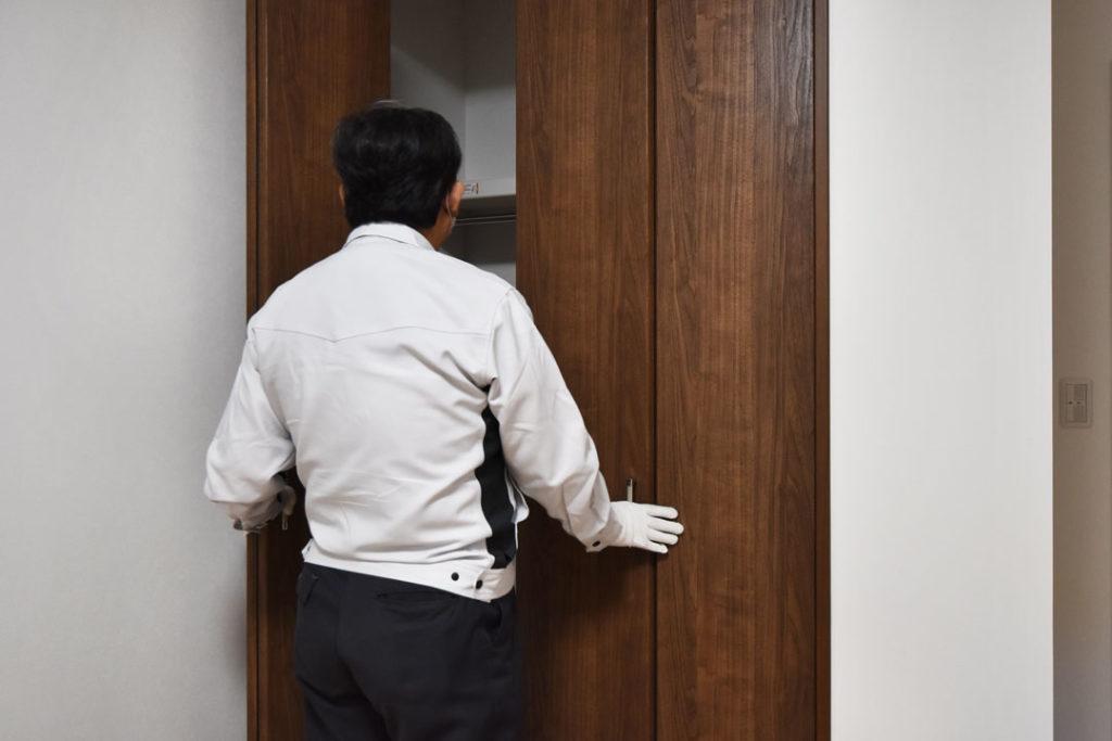 2020年11月9日社内検査_クローゼット扉の動作確認をしている様子