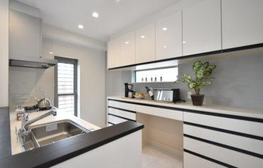 お気に入りのキッチンは、お部屋の雰囲気に似合うモノトーンのデザインに♪