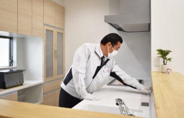 2020年11月24日社内検査_キッチンを隅々までチェックしている様子