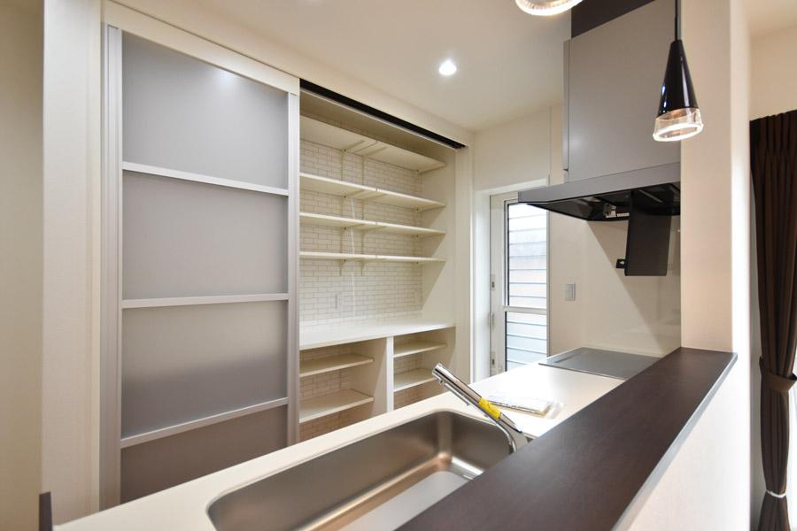 2020年11月6日社内検査_キッチン背面に設置した大容量のパントリー