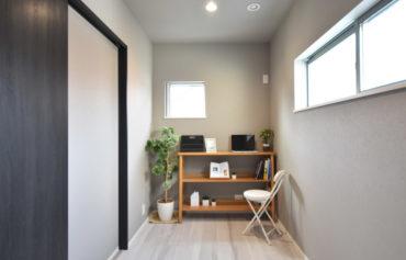 ご主人お気に入りの書斎。落ち着いた個室空間です。