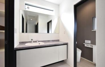 モダンでお洒落な洗面台。大きな鏡は、朝の混雑時でも家族みんなで使えて便利♪
