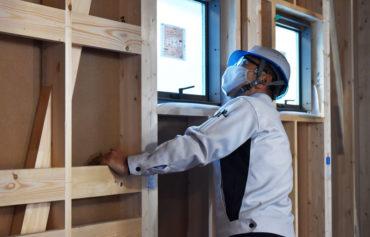 2020年12月25日現場廻り1件目_三島市建築現場_施工状況をチェックしている様子