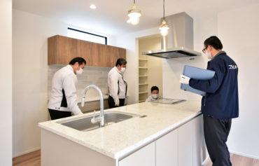 2020年12月3日社内検査_子世帯のキッチンを検査している様子