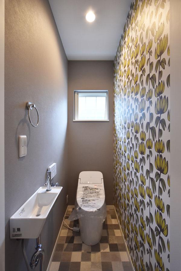 2020年12月14日社内検査_花柄クロスがアクセントのこだわりのトイレ