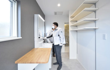 2020年12月4日社内検査_収納力のある明るい洗面脱衣室を検査している様子