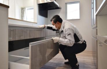 2021年1月25日社内検査_キッチン収納をチェックしている様子