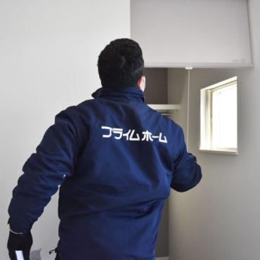 2021年1月19日社内検査_玄関クローゼットと玄関を仕切るロールスクリーンの動作を確認している様子