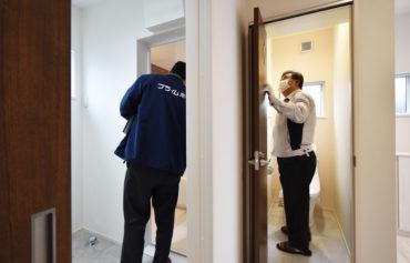 2021年1月28日社内検査2件目_トイレや浴室を検査している様子